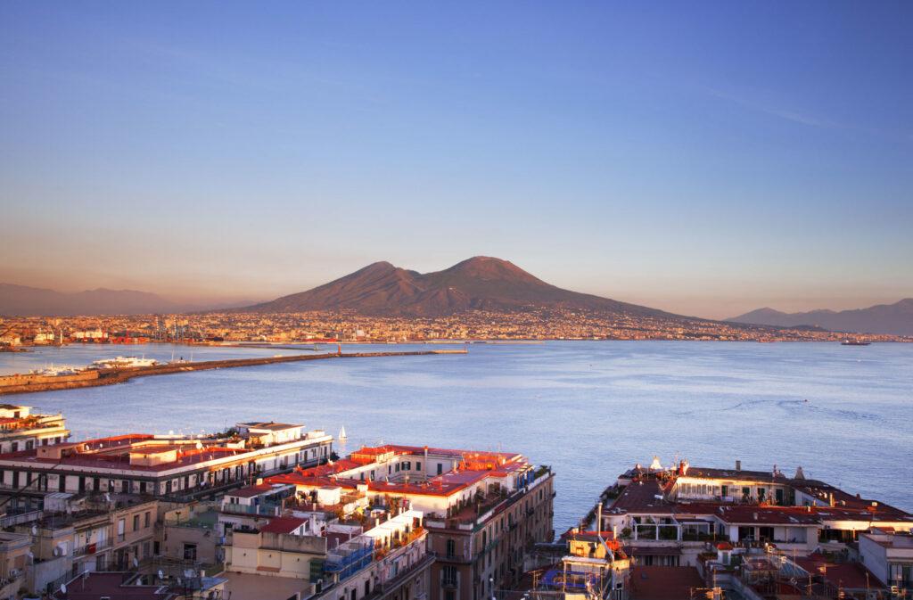 Veduta della città di Napoli dall'alto con il Vesuvio sullo sfondo