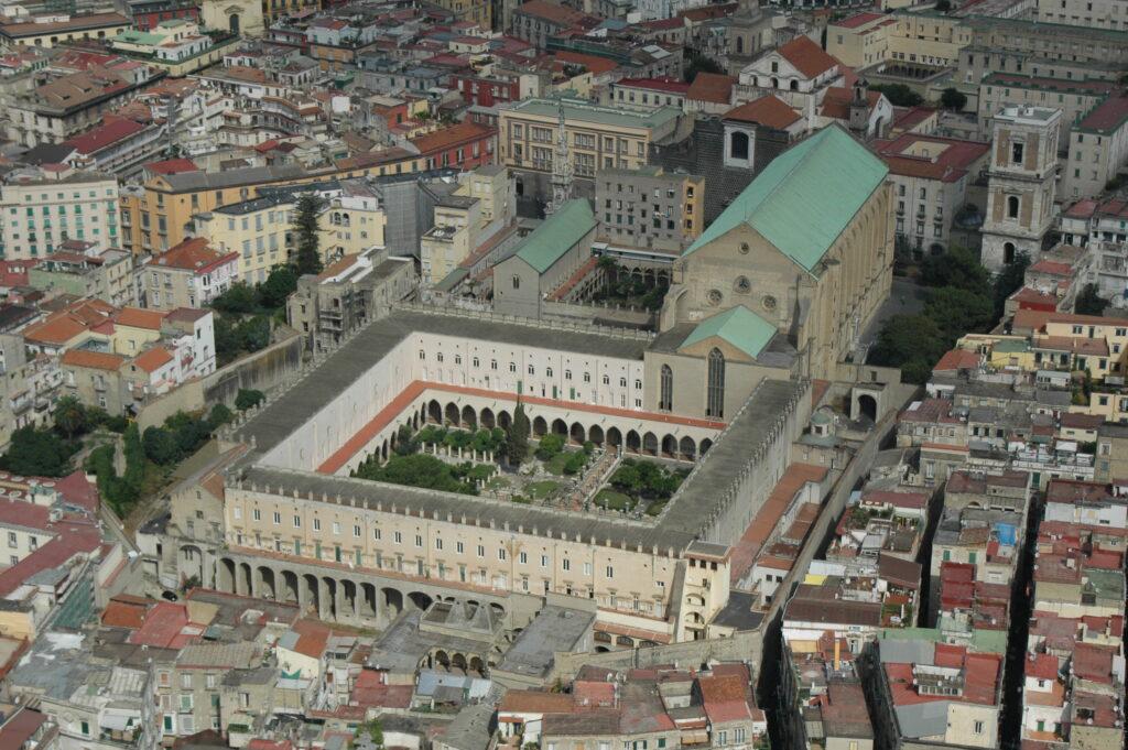 vista dall'alto del complesso monumentale di santa chiara a napoli