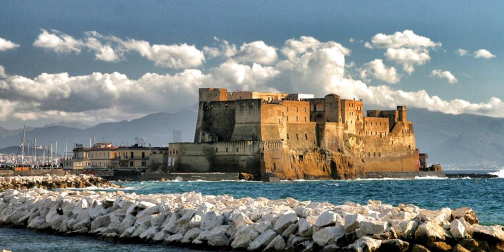 Castel dell'Ovo visto dal Lungomare di Napoli